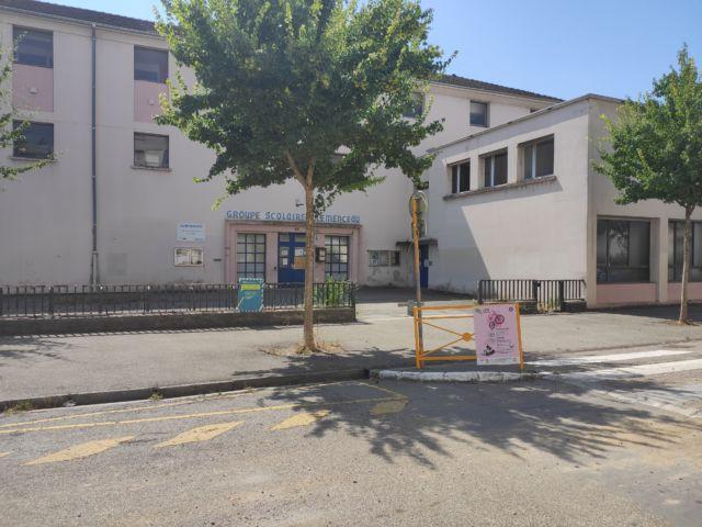 L'école Clémenceau de Grenoble compte parmi les établissements isérois concernés par une fermeture de classe pour cause de cas Covid positifs © Florent Mathieu - Place Gre'net