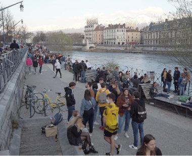 Plus de 300 personnes étaient rassemblées ce 25 mars sur les quais de l'Isère. © Joël Kermabon - Place Gre'net