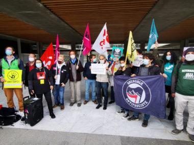 Des membres du comité de soutien aux occupants de l'Abbaye devant l'Hôtel de ville de Grenoble. © Joël Kermabon - Place Gre'net