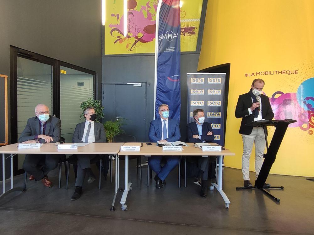 Sylvain Laval, président du Smmag, prend la parole aux côtés (de gauche à droite) de Bruno Cattin, Christophe Ferrari, Jean-Pierre Barbier et Henri Baile © Florent Mathieu - Place Gre'net