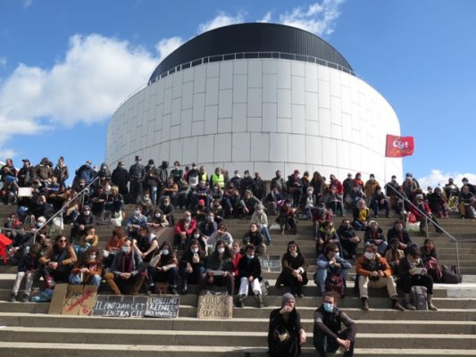 Plus de deux cents personnes ont assisté à l'Assemblée générale devant la MC2. Photo DR