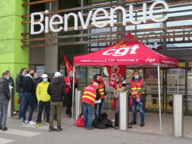 Les salariés grévistes ont distribué des flyers aux clients pour dénoncer leurs conditions de travail. © Tim Buisson – Place Gre'net