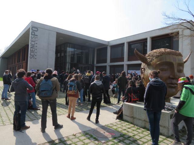 """Une cinquantaine de personnes étaient présentes devant Sciences Po à la manifestation contre """"l'islamophobie"""". © Tim Buisson – Place Gre'net"""