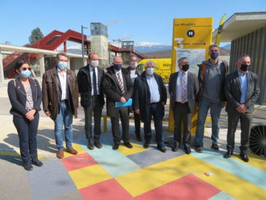 Les élus locaux et de la Métropole lors de l'inauguration de la nouvelle Chronovélo.© Tim Buisson – Place Gre'net