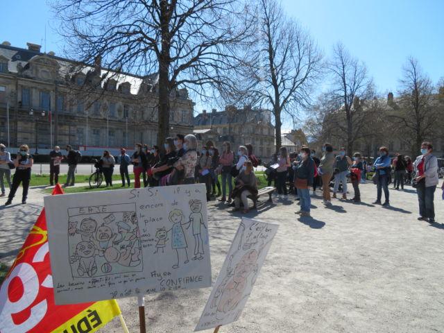 Manifestation des professionnels de la petite enfance à Grenoble mardi 30 mars 2021. © Tim Buisson – Place Gre'net