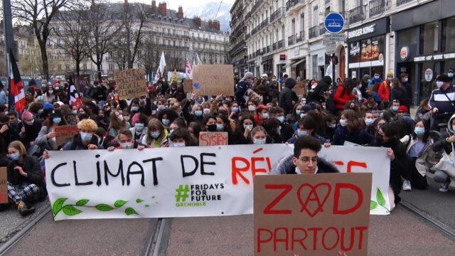 Près de 300 personnes ont marché pour le climat ce 19 mars à Grenoble. © Joël Kermabon - Place Gre'net