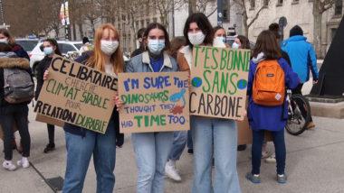 Beaucoup de manifestants avaient préparé des pancartes avec des messages souvent drôles et percutants. © Joël Kermabon - Place Gre'net