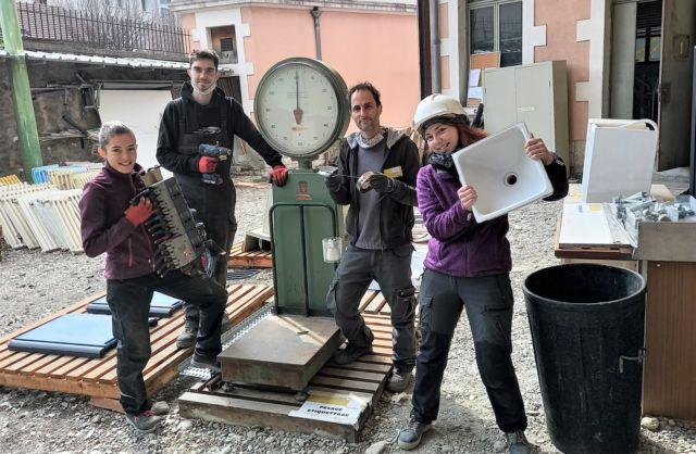 L'équipe de la matériauthèque sur le chantier du futur Cadran solaire de La Tronche accueille le public le vendredis après-midi et les samedis © Éco'mat 38 - Facebook