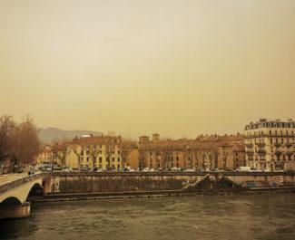 A Grenoble, l'alerte à la pollution de l'air aux poussières du sable du Sahara a été illustrée par une voiture. Info ou infox ?
