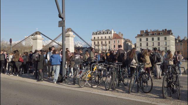 L'appel du CHU de Grenoble-Alpes de maintenir la distanciation et les gestes barrières ne semble guère entendu sur les quais de l'Isère à Grenoble © Joël Kermabon - Place Gre'net