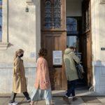 Ingrid, sa soeur et son avocat entrant dans le Tribunal administratif de Grenoble. © Sarah Krakovitch – Place Gre'net