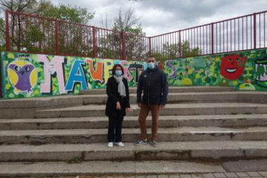 Véronique Clerc et Stéphane Maire dans la cour de l'école primaire de Maupertuis.