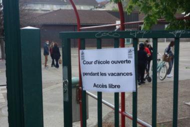Panneau indiquant l'accès libre sur le portail de l'école de Maupertuis