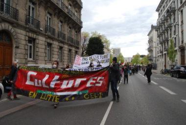 Près de 500 personnes ont défilé dans les rues de Grenoble. © Sarah Krakovitch
