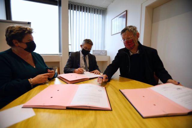 Céline Deslattes, Christophe Ferrari et Philippe Cardin signent la convention de partenariat autour du Plie © Métropole de Grenoble