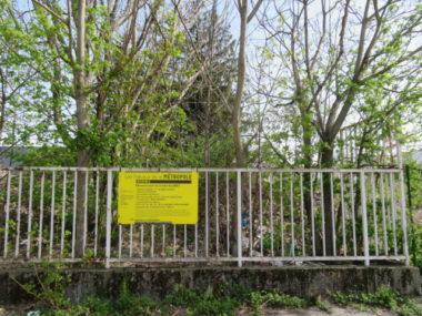 L'entrée de la friche Allibert indique que la friche doit être détruite prochainement. © Tim Buisson – Place Gre'net