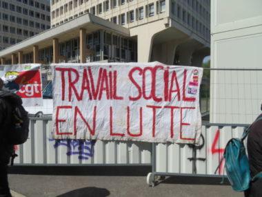 Manifestants devant l'AFIPH. Les mobilisations du secteur médico-social s'échelonnent sur trois jours. © Tim Buisson – Place Gre'net