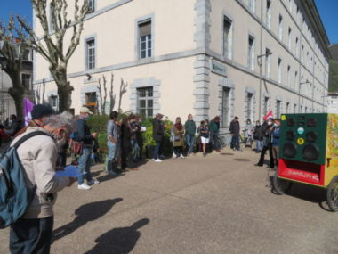 Une trentaine de personnes étaient présentes devant les locaux de la DDCS. © Tim Buisson – Place Gre'net