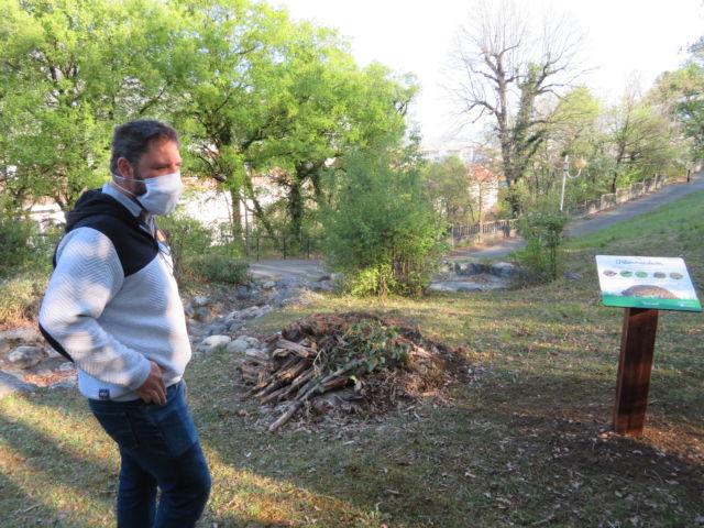 Fabien Hublé de la LPO devant l'hibernaculum du parc Borel pour favoriser la biodiversité au Pont-de-Claix. © Tim Buisson – Place Gre'net