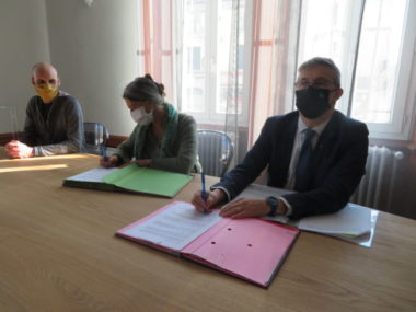 De gauche à droite : Michel Langlais, adjoint en charge de l'environnement, Catherine Giraud, présidente de la LPO et Christophe Ferrari maire du Pont-de-Claix. © Tim Buisson – Place Gre'net