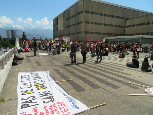 Grenoble: grève contre la réforme de l'Assurance-chômage. La manifestation a débuté sur le parvis de l'hôpital Michallon. © Tim Buisson – Place Gre'net
