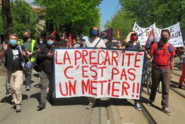 L'une des banderole dans le cortège contre la réforme de l'Assurance-chômage. © Tim Buisson – Place Gre'net