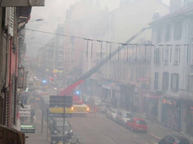 L'incendie a produit une abondante fumée noire sur l'ensemble du quartier Berriat © Tim Buisson – Place Gre'net