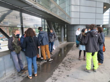 """Rassemblement des bénévoles du """"Chantier"""" devant le tribunal de Grenoble. © Tim Buisson – Place Gre'net"""