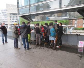 """Rassemblement des bénévoles du """"Chantier"""" devant le tribunal de Grenoble mercredi 28 avril 2021. © Tim Buisson – Place Gre'net"""