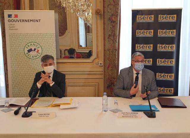 Accord de relance entre l'État et le Département de l'Isère. Lionel Beffre et Jean-Pierre Barbier lors de la signature de l'accord départemental de relance © Département de l'Isère