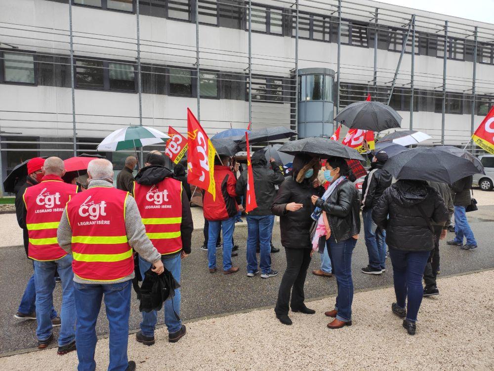 Rassemblement à l'appel de la CGT métallurgie devant les locaux de l'Udimec à Grenoble le 29 avril 2021 © Florent Mathieu - Place Gre'net
