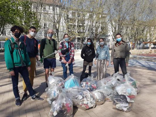 Plus d'une dizaine de sacs de déchets ramassés en deux heures de temps square Saint-Bruno. © Séverine Cattiaux - Place Gre'net