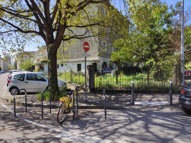 Depuis plusieurs années, un projet de construction d'immeuble privé est envisagé au croisement de la rue Lachmann et du quai Jongkind, quartier Île Verte à Grenoble © Florent Mathieu - Place Gre'net