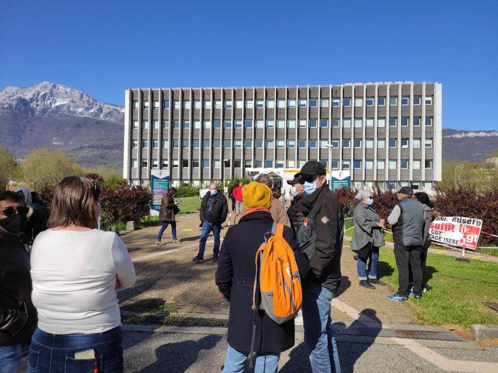 Les salariés et syndicalistes soutiens du mouvement se sont rassemblés devant le centre des Finances publiques de Grenoble, client du groupe Elior Services © Florent Mathieu - Place Gre'net