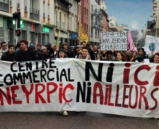 Rassemblement des anti-Neyrpic devant le palais de justice de Grenoble jeudi 8 avril