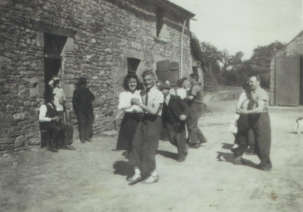 Bals clandestins. Un bal à Gosné (lle-et-Vilaine). Les photographies de bals clandestins sont par nature très rares. © Musée de la Résistance - Collection particulière