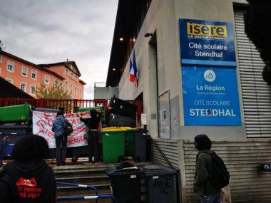 L'entrée principale du lycée Stendhal bloquée par des conteneurs et des poubelles. © Joël Kermabon - Place Gre'net