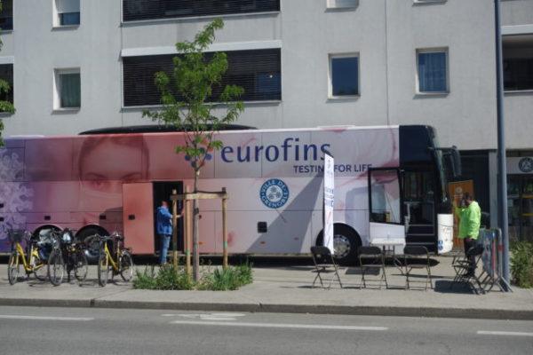 Le bus de dépistage devant la MDH Anatole France