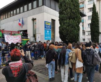 Une centaine de lycéens ont bloqué le lycée Stendhal ce mercredi 5 mai. © Joël Kermabon - Place Gre'net