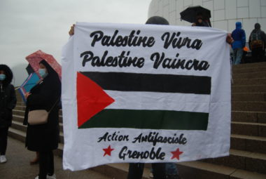 Les militants étaient munis de pancartes de soutien à la Palestine et boycottant Israël.
