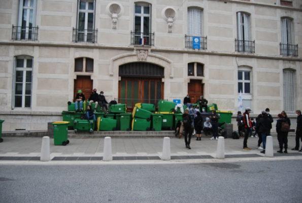 Mobilisation au lycée Champollion : tentative de blocage Les élèves ont laissé les forces de l'ordre démanteler le blocus peu avant 8h. © Sarah Krakovitch – Place Gre'net
