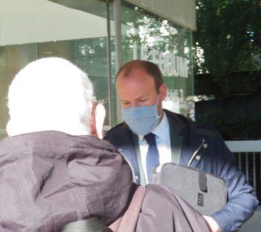 Sylvain Laval a été interpellé par les membres du collectif lors de son entrée dans le bâtiment. © Tim Buisson – Place Gre'net
