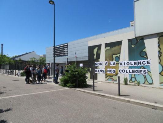 Tensions aux collèges Fantin-Latour et Aimé-Césaire.Rassemblement devant le collège Aimé Césaire. © Tim Buisson – Place Gre'net