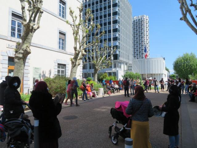 Rassemblement devant la DDCS des familles hébergées rue Mangin à Grenoble. © Tim Buisson – Place Gre'net