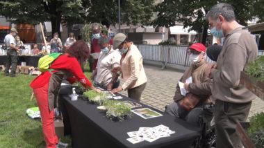 Un « jardin Sens'ationnel » pour la nature en ville. Le public très intéressé par les ateliers animés par des agents des espaces verts. © Joël Kermabon - Place Gre'net
