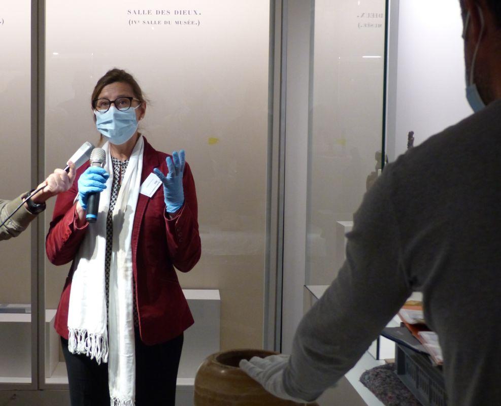 Florence Gombert-Meurice, conservatrice des antiquités égyptiennes du musée du Louvre, en pleine installation d'un vase canope © Florent Mathieu - Place Gre'net