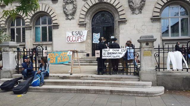 A Grenoble, des étudiants en colère occupent l'école d'art. Occupation des locaux de l'Ésad Grenoble-Valence, 25 rue Lesdiguières à Grenoble. Ce samedi 22 mai 2021, le collectif collectif (coco) a organisé une friperie © Séverine Cattiaux - Place Gre'net