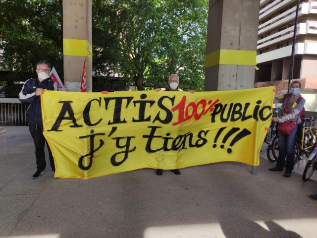 Le Collectif contre la privatisation d'Actis déploie sa banderole devant le siège de la Métropole © Florent Mathieu - Place Gre'net
