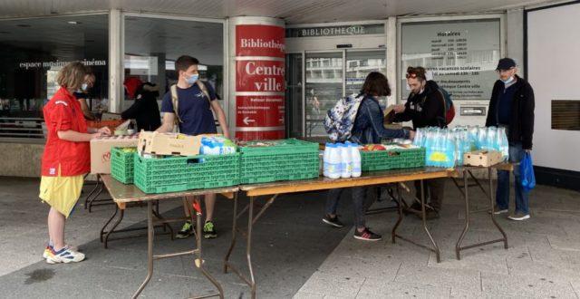Environ 200 kilos de nourriture sont distribués chaque semaine par Solidarité SDF près de la bibliothèque Centre-ville de Grenoble.