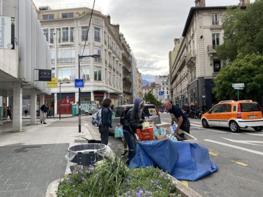 Les bénévoles scouts se relaient chaque semaine pour aider Jean-Pierre à la distribution. © Sarah Krakovitch – Place Gre'net